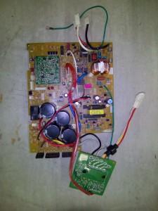 エアコン室外機分解写真(取りだし後、表)